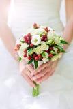 Brautblumenstrauß in den Händen Lizenzfreie Stockfotos
