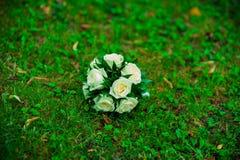 Brautblumenstrauß, der auf dem Gras liegt Stockfoto
