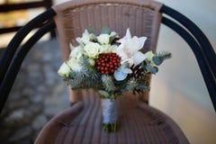 Brautblumenstrauß, der auf einem braunen Stuhl sitzt Stockbilder