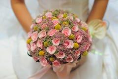 Brautblumenstrauß in der Hochzeit stockfoto