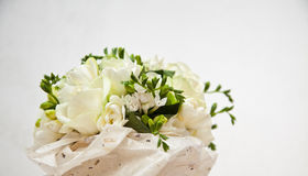 Brautblumenstrauß der Rosen im Büttenpapier Lizenzfreies Stockbild