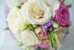 Ein Blumenstrauß der Braut und der Ringe Lizenzfreies Stockbild