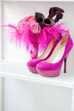 Brautblumenstrauß der Rosen und der rosafarbenen Schuhe Lizenzfreies Stockfoto