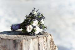 Brautblumenstrauß der schönen Hochzeit auf einem Stumpf von Baumwolle und von blauen Blumen lizenzfreie stockbilder