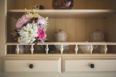 Brautblumenstrauß in einem Küchenregal Stockfotografie