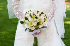 Brautblumenstrauß Händen der in den Braut Lizenzfreie Stockfotos