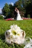 Brautblumenstrauß im Park Stockbilder