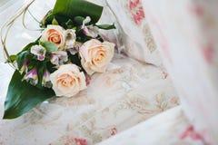 Brautblumenstrauß mit beige Rosen und purpurroten Orchideen stockfoto