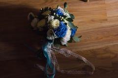 Brautblumenstrauß mit blauen Blumen Stockfotografie