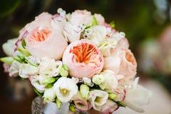 Brautblumenstrauß mit den Pfingstrosen-Rosen verziert durch Perlen lizenzfreies stockfoto