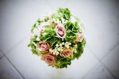 Brautblumenstrauß mit den weißen und rosa Blumen Stockfotos
