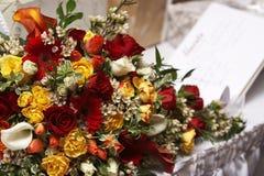 Brautblumenstrauß mit einem Gastbuch im Hintergrund lizenzfreie stockfotografie
