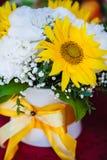 Brautblumenstrauß mit gelber Sonnenblume und Pfingstrosen stockbild