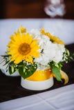 Brautblumenstrauß mit gelber Sonnenblume und Pfingstrosen stockbilder