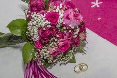Brautblumenstrauß mit Hochzeits-Ringen Stockbild