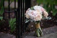 Brautblumenstrauß mit Pfingstrosen und Rosen Stockfotografie