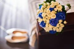 Brautblumenstrauß mit Schuhen Stockfoto