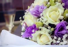 Brautblumenstrauß mit weißen Rosen und purpurroten Blumen Stockbild