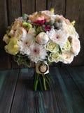 Brautblumenstrauß mit Weinlesebrosche Lizenzfreie Stockfotos
