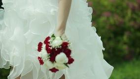 Brautblumenstrauß n die Hände der Braut stock video