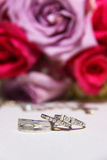 Brautblumenstrauß und -abschluß oben auf Ringen Stockbild