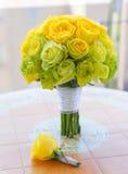 Brautblumenstrauß und Boutonniere auf dem Tisch stockfotos