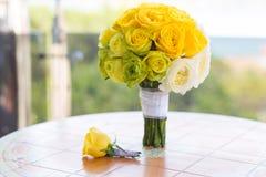 Brautblumenstrauß und Boutonniere auf dem Tisch Lizenzfreie Stockfotos