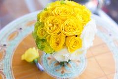 Brautblumenstrauß und Boutonniere auf dem Tisch Stockbilder