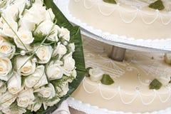 Brautblumenstrauß- und Hochzeitskuchen Lizenzfreies Stockfoto