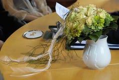 Brautblumenstrauß und Ringe Stockfotos