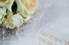 Brautblumenstrauß und Zertifikat auf Heirat Stockbild