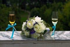 Brautblumenstrauß und zwei Gläser Champagner Lizenzfreie Stockbilder
