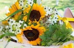 Brautblumenstrauß von Sonnenblumen Stockfotografie