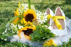 Brautblumenstrauß von Sonnenblumen Stockfotos