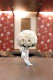 Brautblumenstrauß von weißen Gänseblümchen auf dem Tisch stockfoto