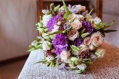 Brautblumenstrauß von weißen Rosen und von Gartennelken Lizenzfreies Stockfoto