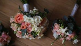 Brautblumenstraußblumenstrauß auf dem Tisch Elegant Hochzeit der Blumenstrauß der Braut stock footage