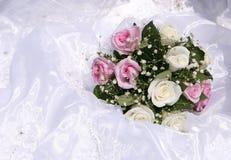 Brautblumenstrauß auf Hochzeitstag Stockfotos