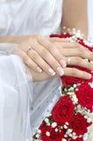 Brautbräutigam-Hochzeits-Hände auf Blumenstrauß Lizenzfreie Stockfotografie