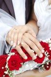 Brautbräutigam-Hochzeits-Hände auf Blumenstrauß Stockbild