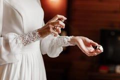 Brauthände, die Parfüm auf ihrem Handgelenk, selektiven Fokus der Nahaufnahme anwenden lizenzfreie stockfotografie
