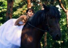 Brauthaltungen auf einem Pferd lizenzfreies stockbild