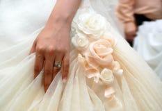 Brauthand mit Hochzeitsring stockbild