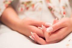 Brauthand und -nägel Lizenzfreie Stockfotos