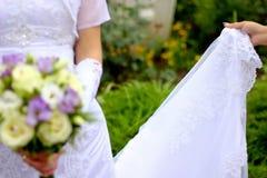 Brautholdingblumenstrauß Lizenzfreie Stockfotografie