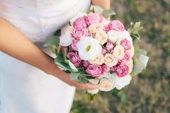 Brautholdingblumenstrauß der Blumen Stockbild