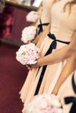 Brautjunfer mit Blumenstrauß Lizenzfreie Stockfotos