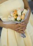 Brautjunfer mit gelbem Blumenstrauß Stockbilder
