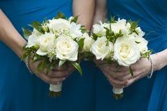 Brautjunfern, die Hochzeitsblumensträuße anhalten stockbild