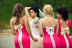 Brautjunfern mit Braut Stockfotografie